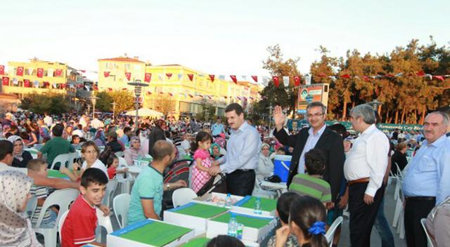 Meydanda binleri buluşturan iftar