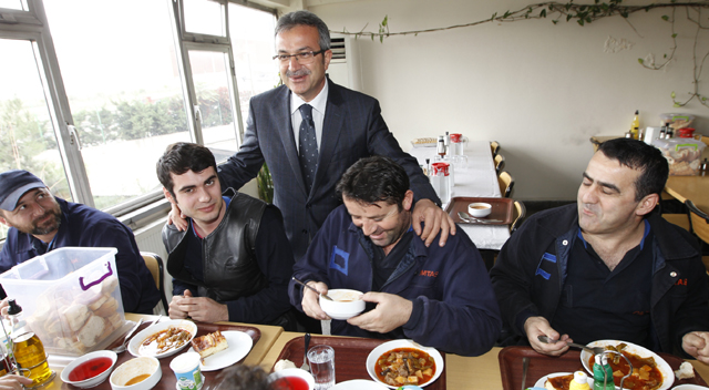 Köşker, öğle yemeğinde işçilere konuk oldu
