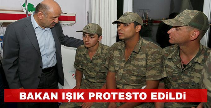 Bakan Işık protesto edildi