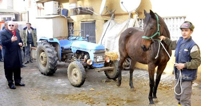 Ensar Öğüt atın çektiği traktöre bindi