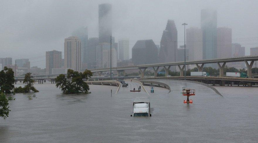 Harvey, ABD'yi kasıp kavuruyor: Çatılara çıkın