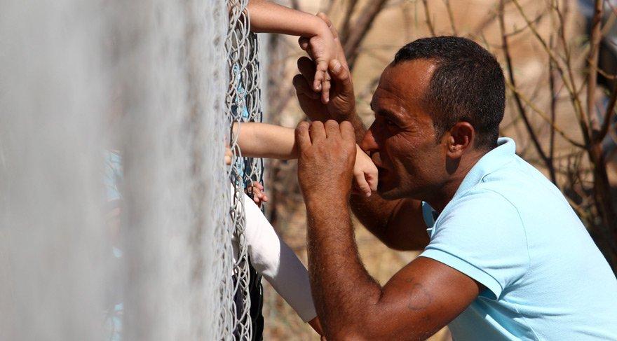 Günün fotoğrafı… Tellere aldırmadan oğlunu öptü