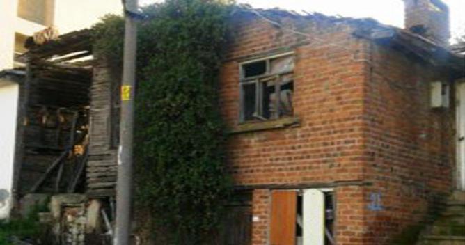 Tarihi evler kaderine terk edilmiş