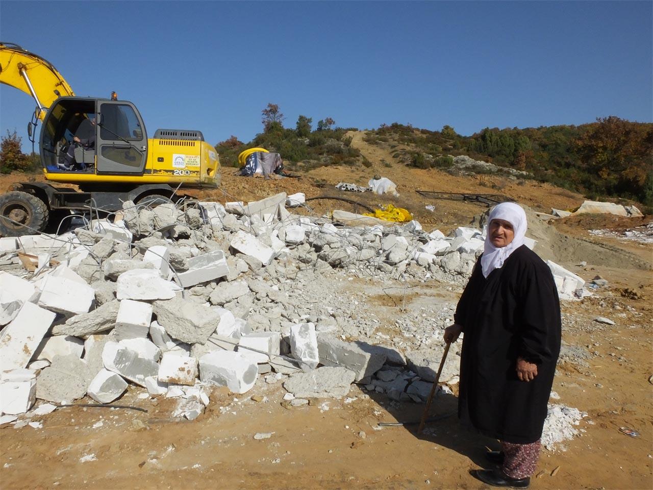 72 yaşındaki kadının evini yıktılar!