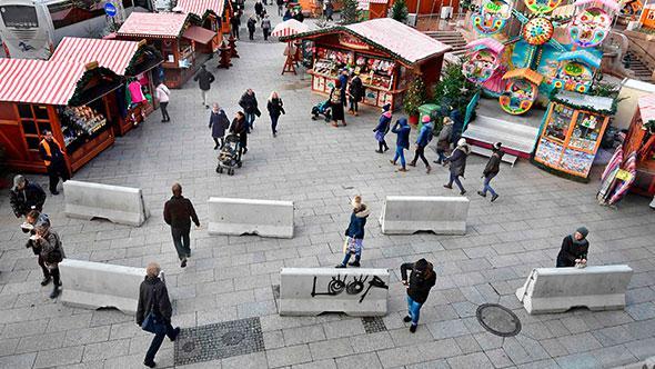 Berlin'de kamyonlu terör saldırılarına karşı bariyer önlemi