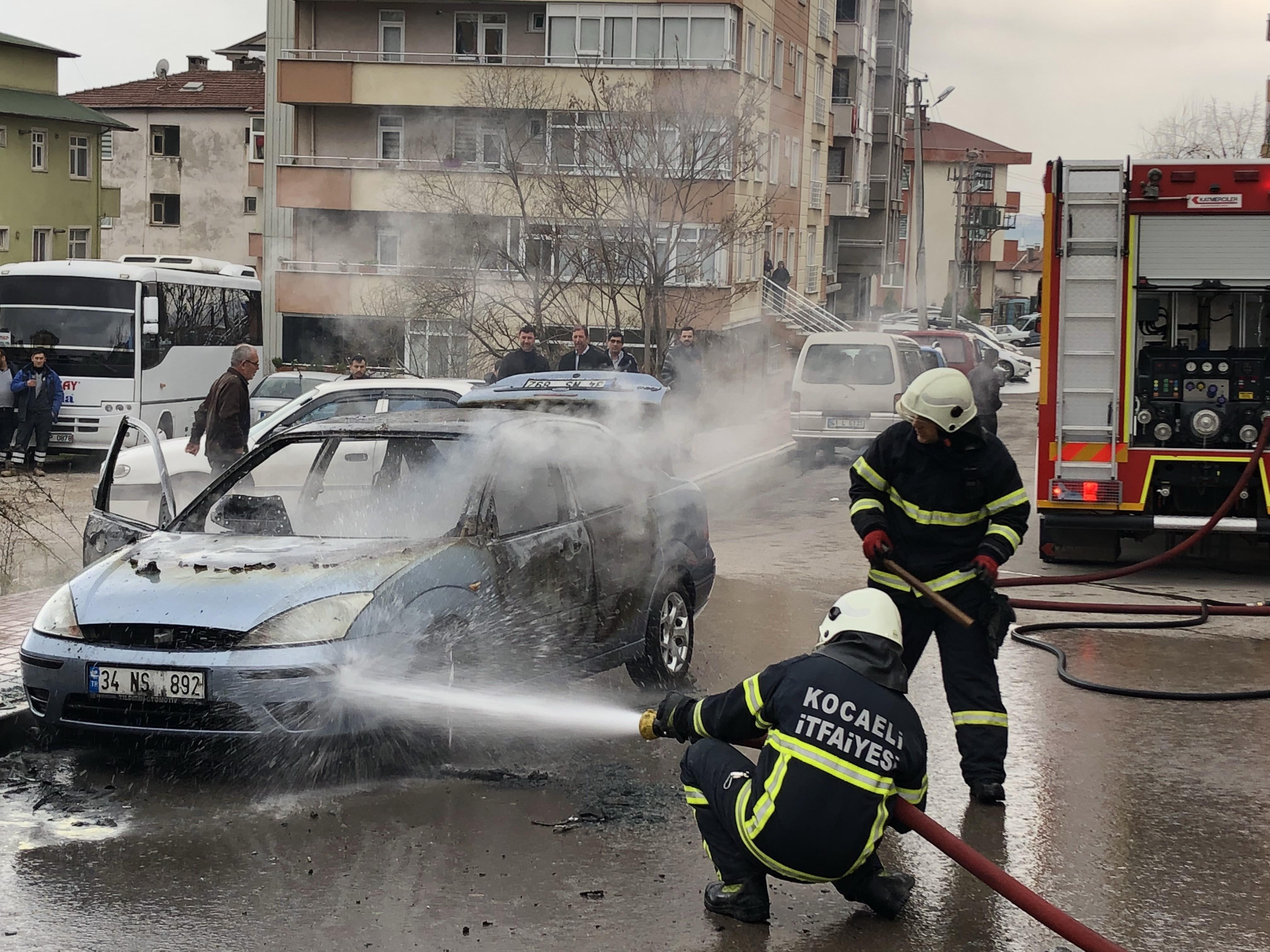 Motoru tutuşan araç yandı