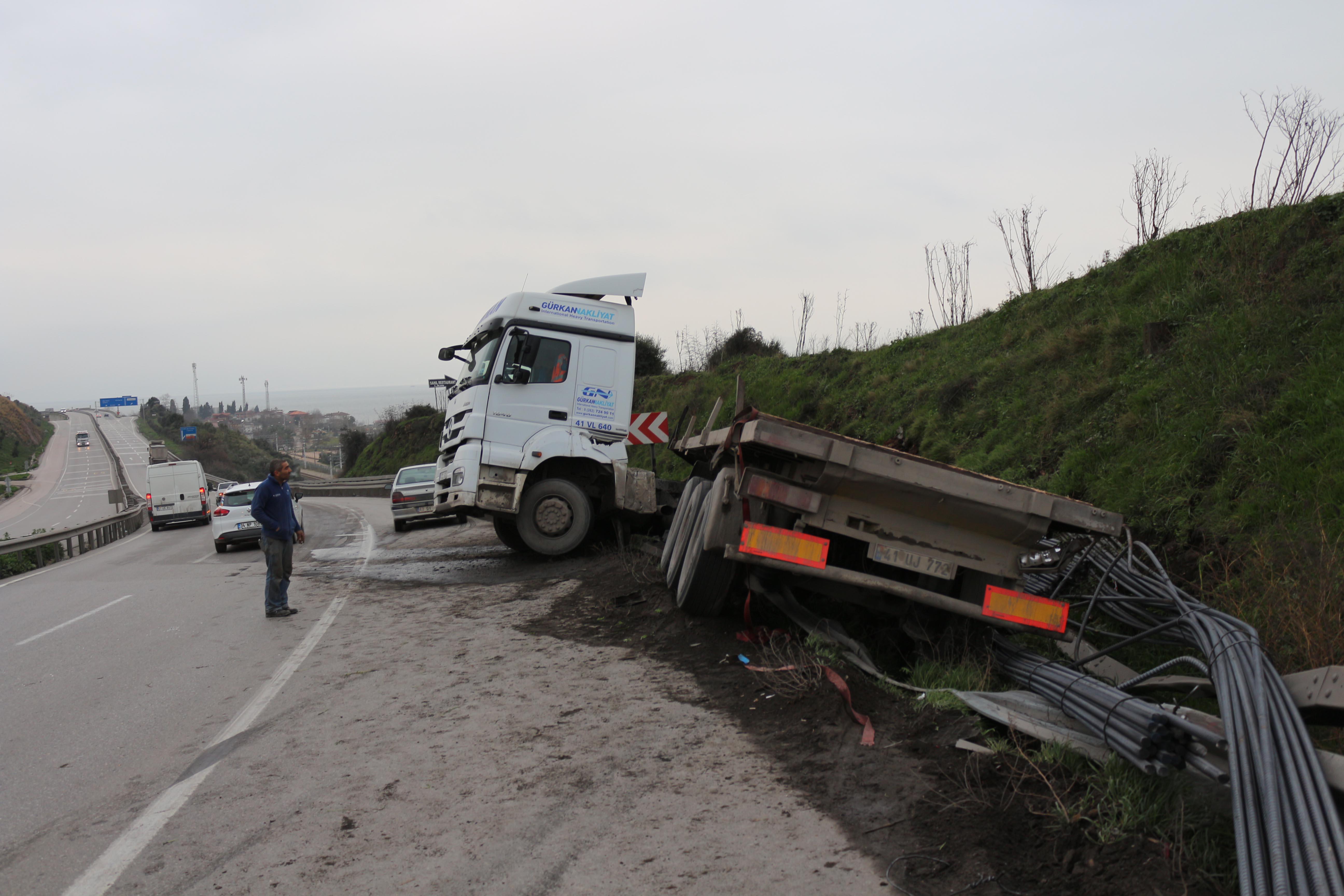 Servis midibüsü TIR'a çarptı: 7 işçi yaralı