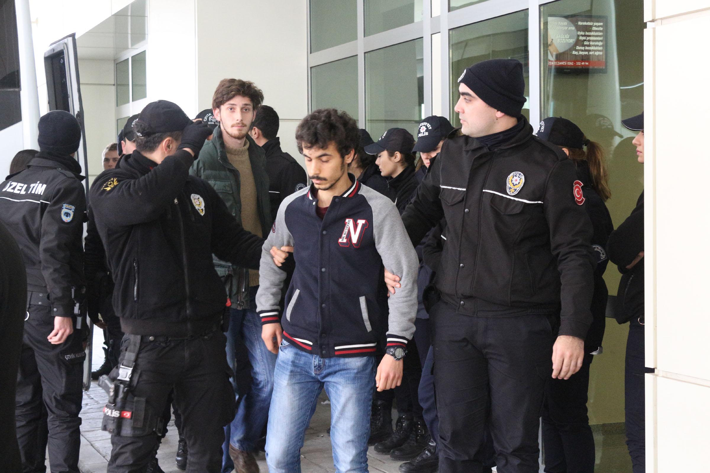 15 öğrenci gözaltına alındı