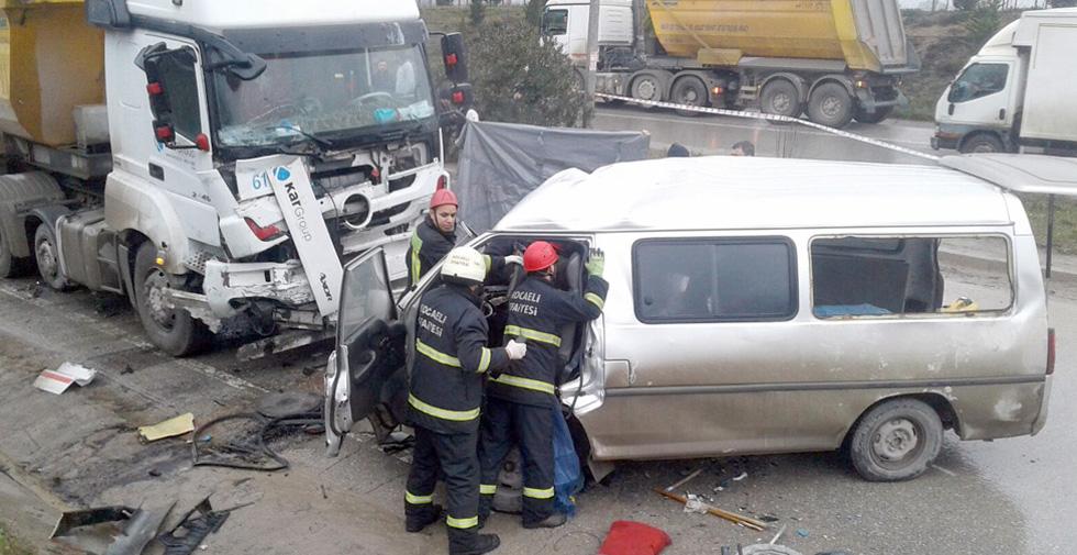 Minibüs, karşı şeritte kamyon ile çarpıştı: 4 ölü, 4 yaralı