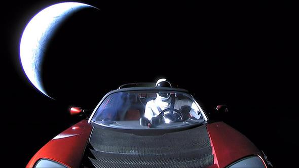 Elon Musk'ın uzaya yolladığı araba Dünya'ya çakılabilir!