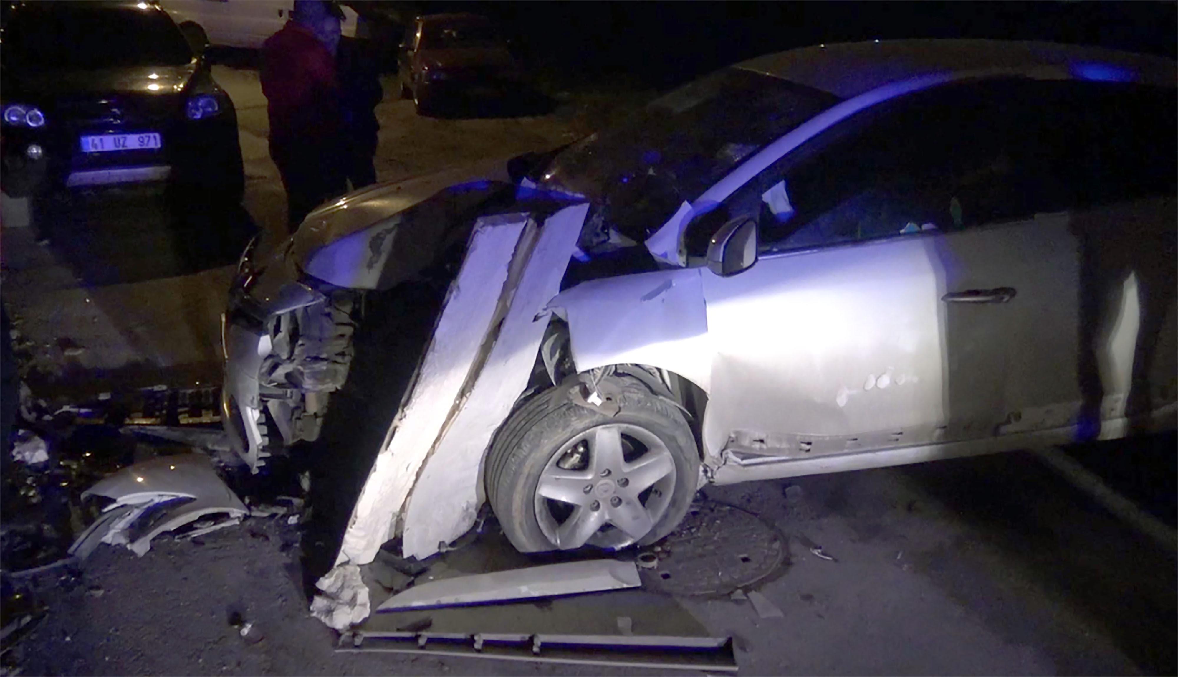 Arabasıyla garaj duvarına çarptı