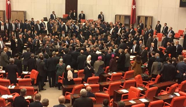 Gece yarısı Meclis'e getirilen İttifak yasa teklifi kabul edildi