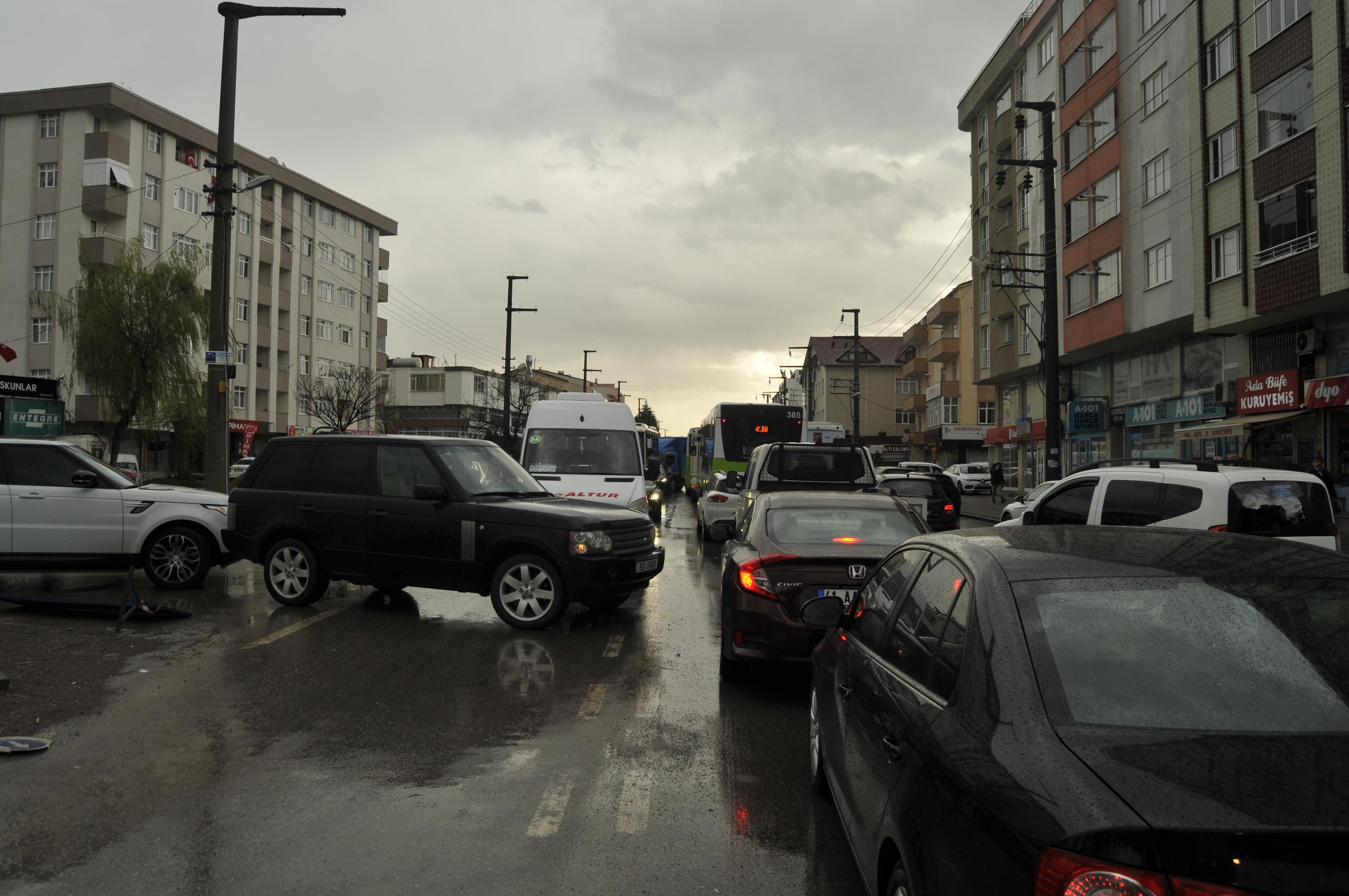 Yol genişletme çalışması trafiği felç etti