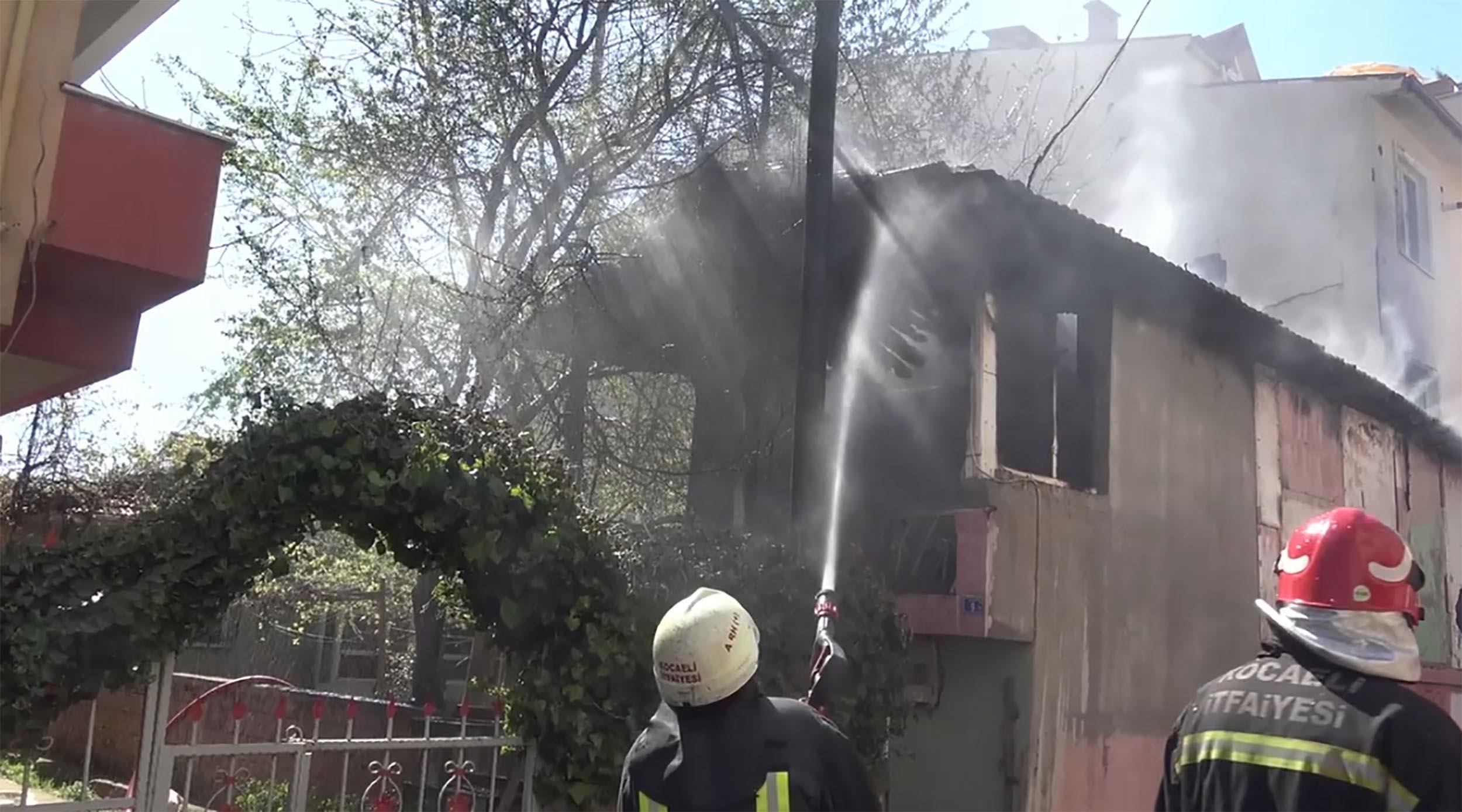 Ahşap evde korkutan yangın