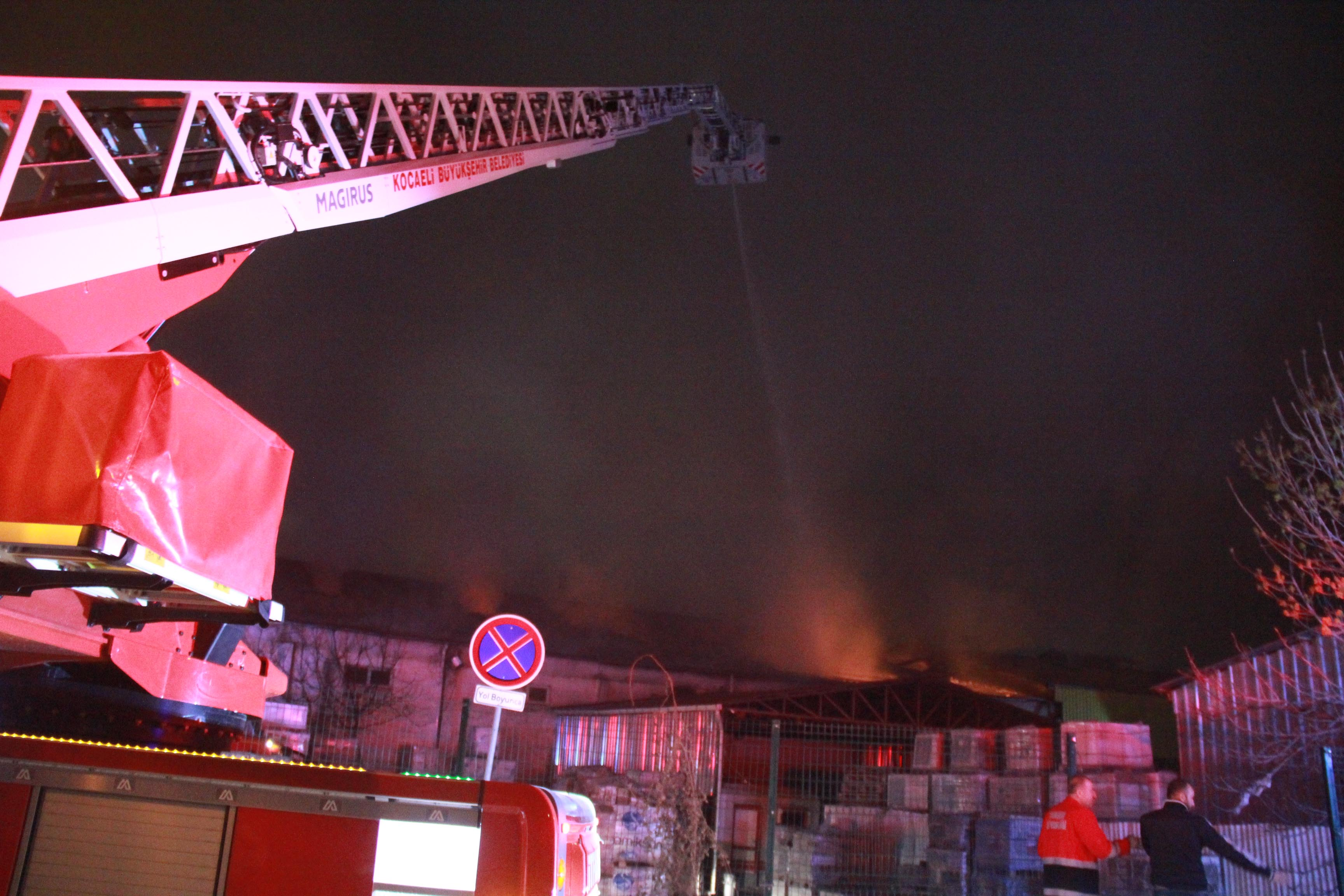 Tadilatta olan fabrikada yangın çıktı