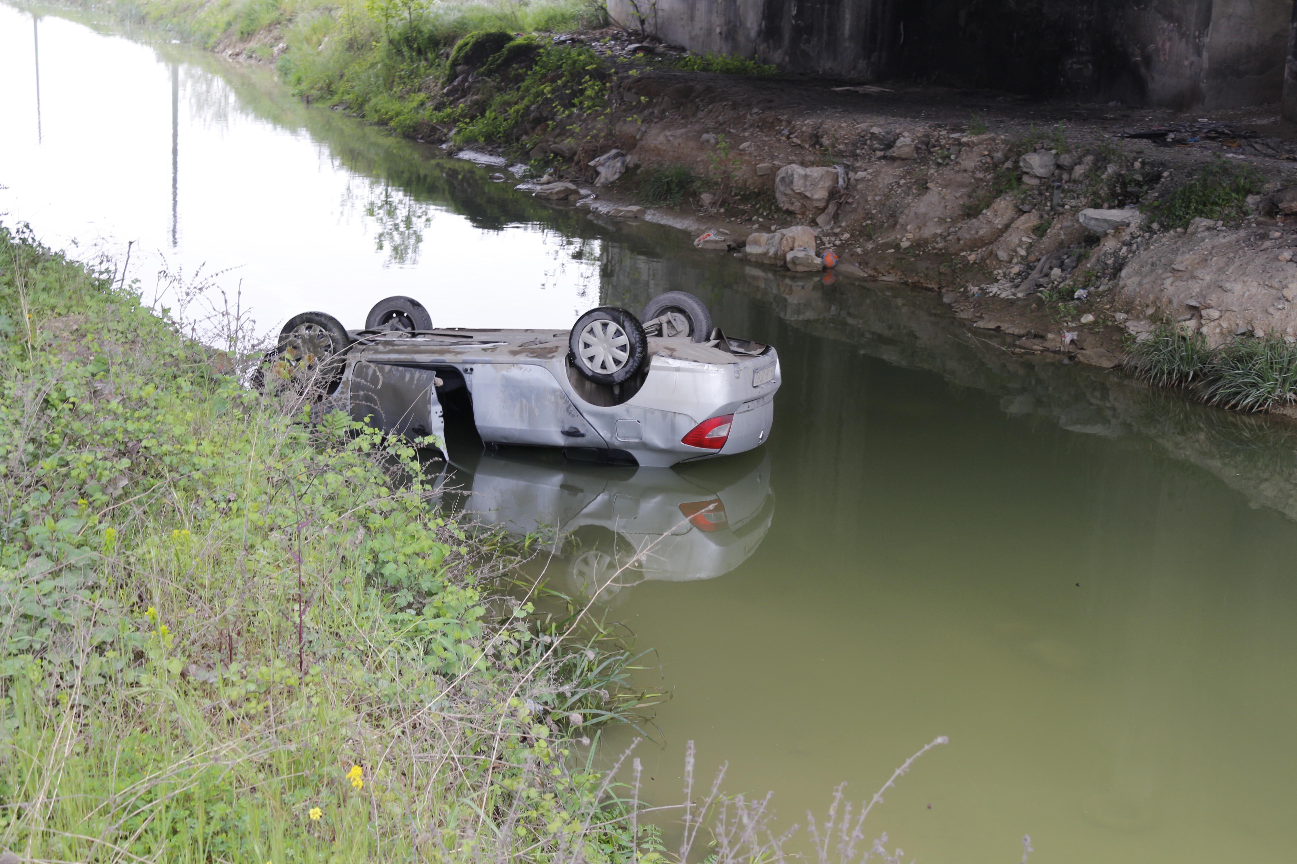Otomobil dereye yuvarlandı