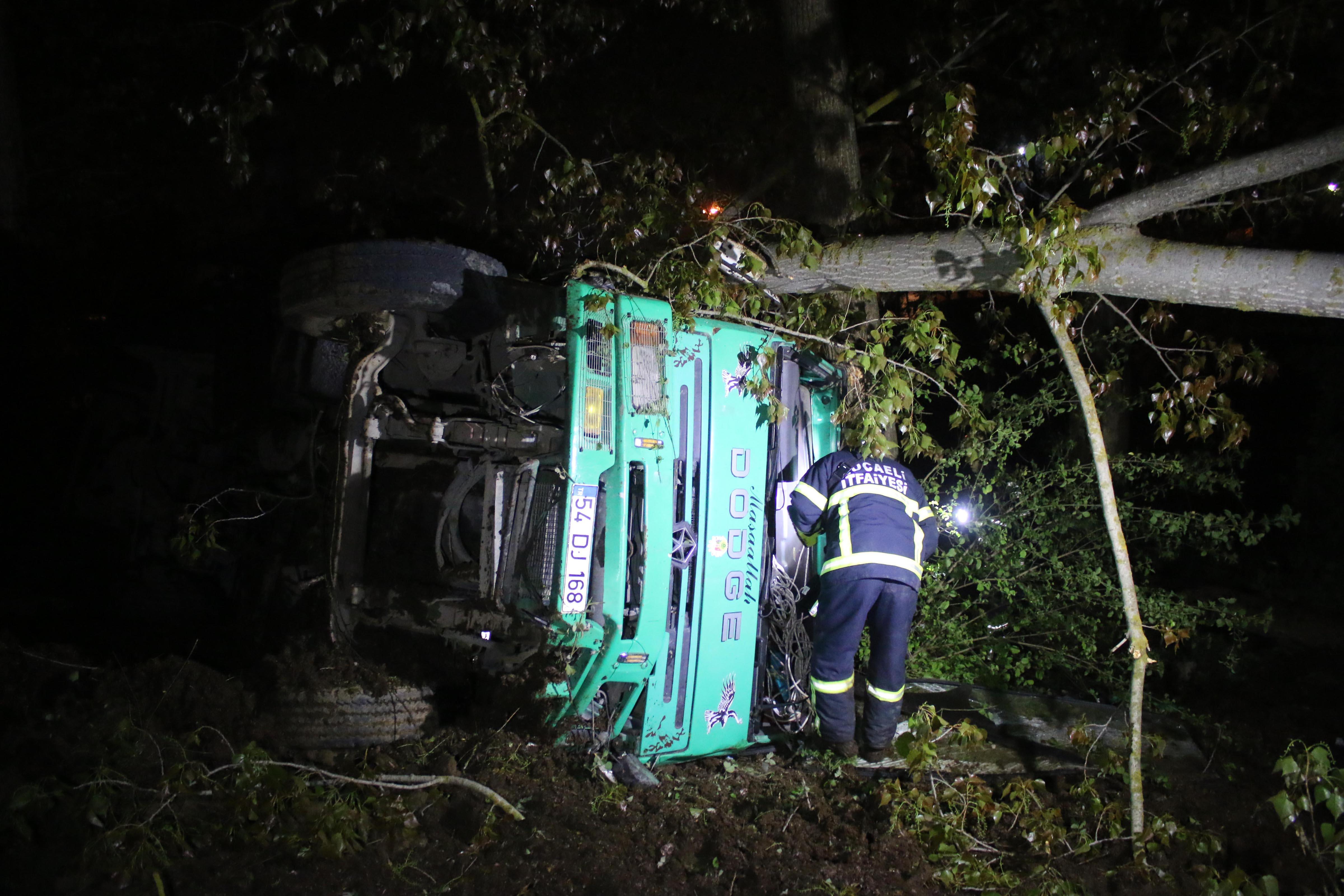 Freni boşalan kamyon dereye uçtu: 1 ölü
