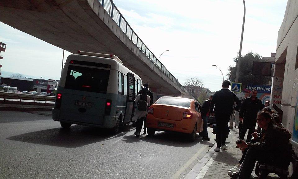 Minibüsler trafiği tıkıyor