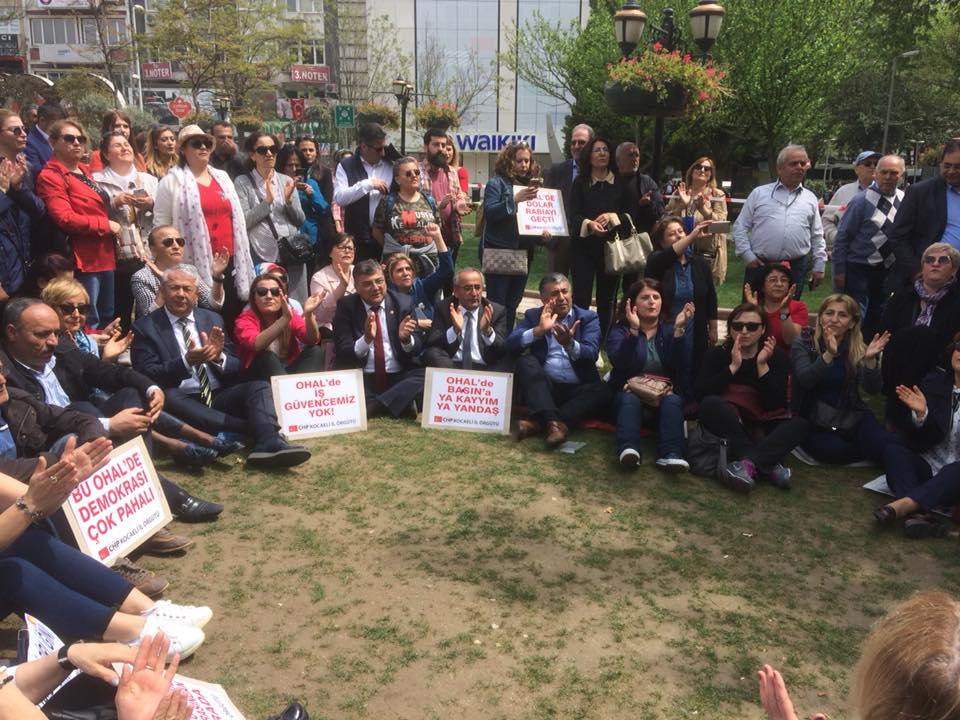 CHP'lilerden oturma eylemi