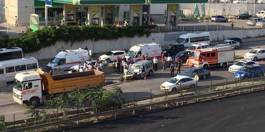 Zincirleme trafik kazası: 1 ağır 4 yaralı