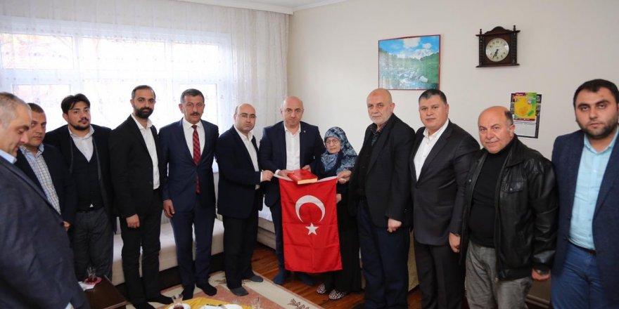 Bıyık Şehit Ailelerine Türk bayrağı hediye etti