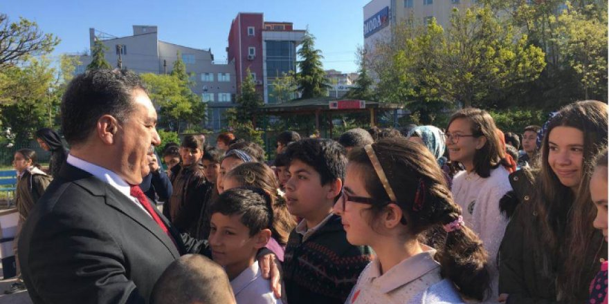 Ahmet Zeki Büyükkuş Ortaokulu'nda Kaymakam Güler bayrak törenine katıldı