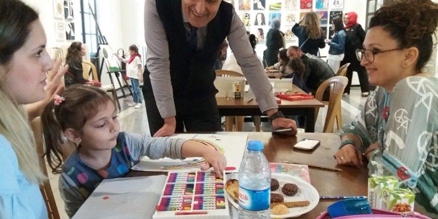 Çocuklarla canlı resim performansı