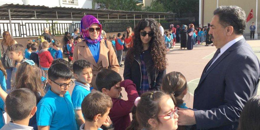 CUMHURİYET İLKOKULU'NDA Kİ BAYRAK TÖRENİNE KATILDI: Güler'den İngilizce tavsiyesi
