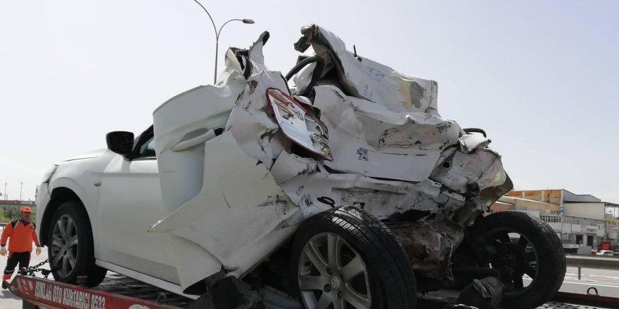 GEBZE'DE KAZA: TIR, otomobile çarptı: 2 yaralı