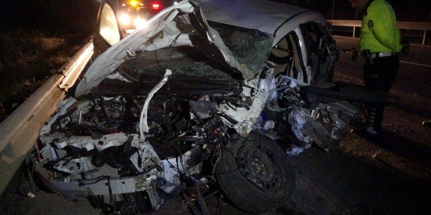 OTOMOBİL TIR'A ÇARPTI:  Hız ibresi 200'de kaldı
