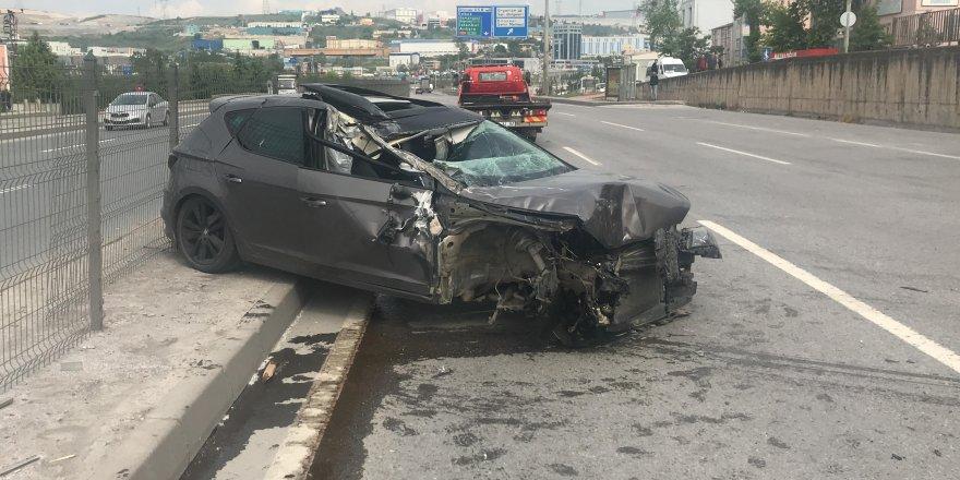 DİLOVASI:  TIR'a çarpan otomobilin tekeri fırladı