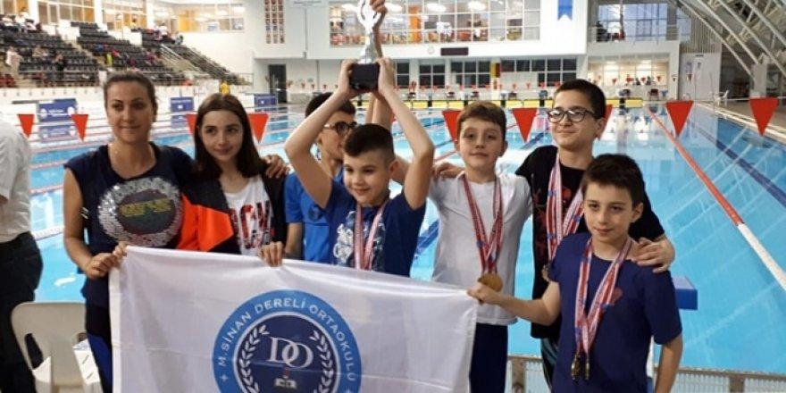 M. Sinan Dereli yüzmede madalyaları topladı