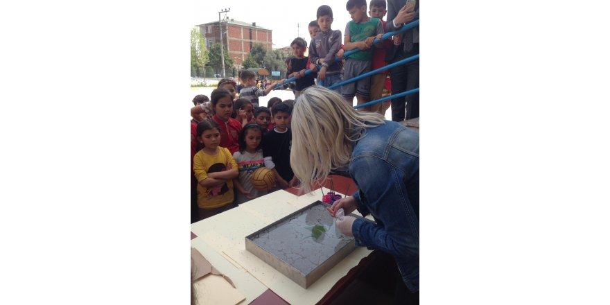 Minik öğrencilere ebru sanatını tanıttı