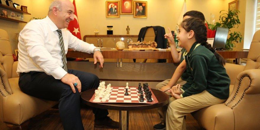 MUZAFFER BIYIK:Öğrencilerle satranç oynadı