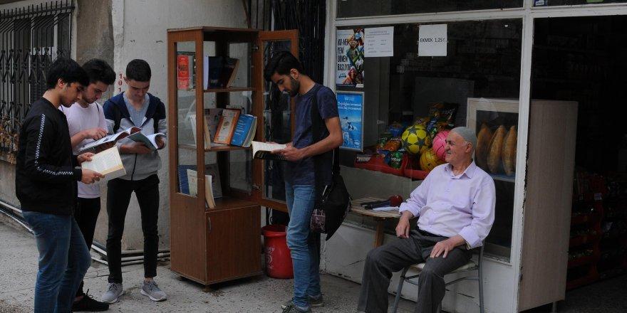 Bakkal amca, gençleri kitapla buluşturuyor