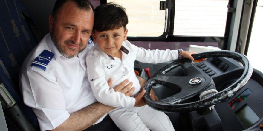 SÜRÜCÜ AİLESİNE TESLİM ETTİ:   5 yaşındaki çocuk otobüste unutuldu
