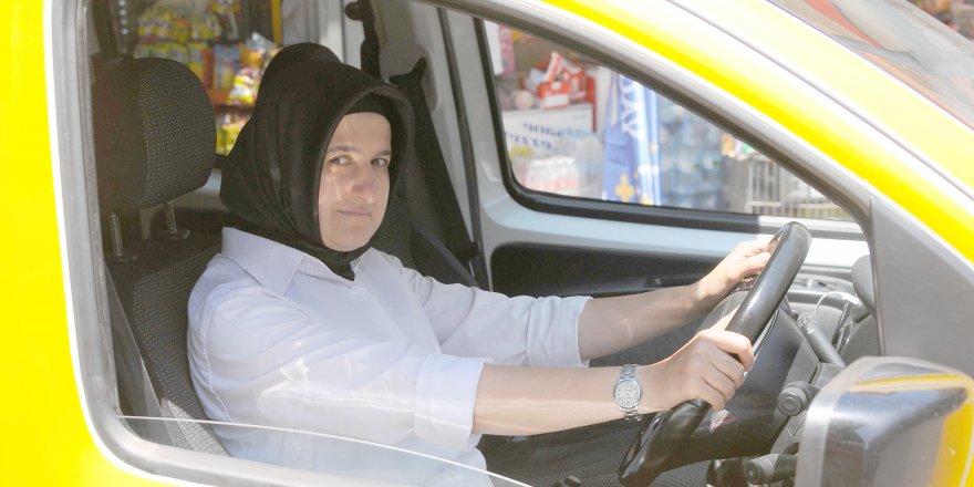 Kadın taksici, erkeklere taş çıkarıyor