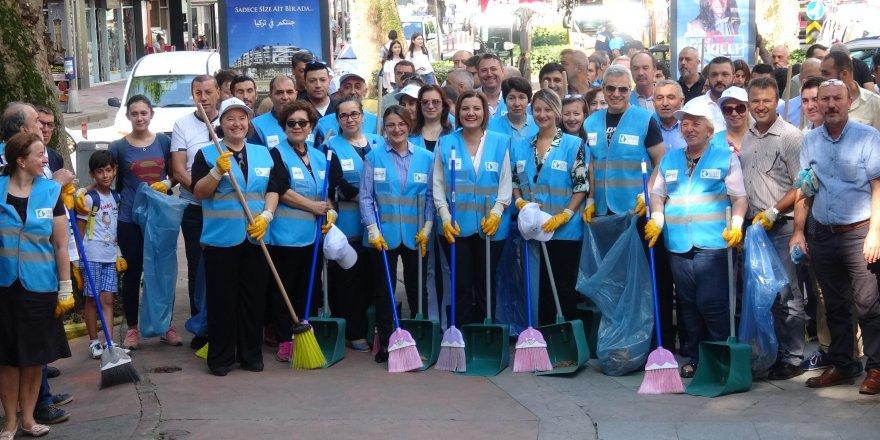 Hürriyet, vatandaşlarla birlikte çöp topladı