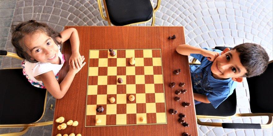 Çocuklara satranç öğretiliyor