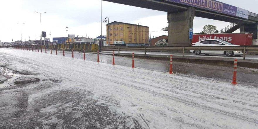 Yağmur yağışının ardından yol köpürdü