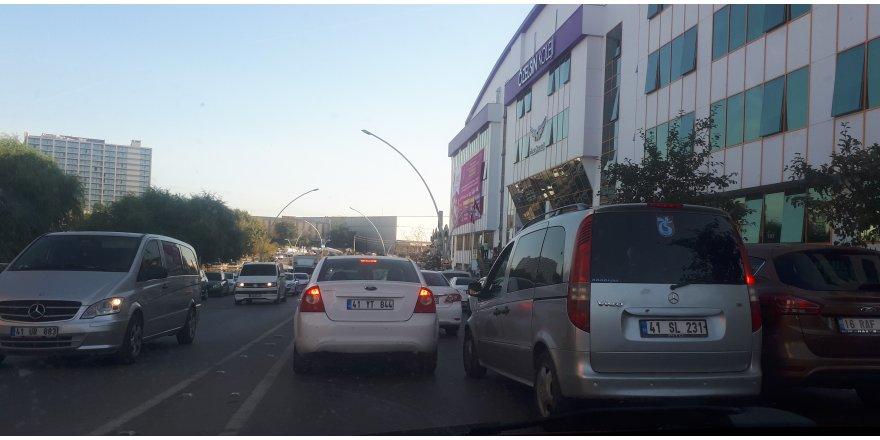 Özel okulun önünde trafik kilitleniyor!