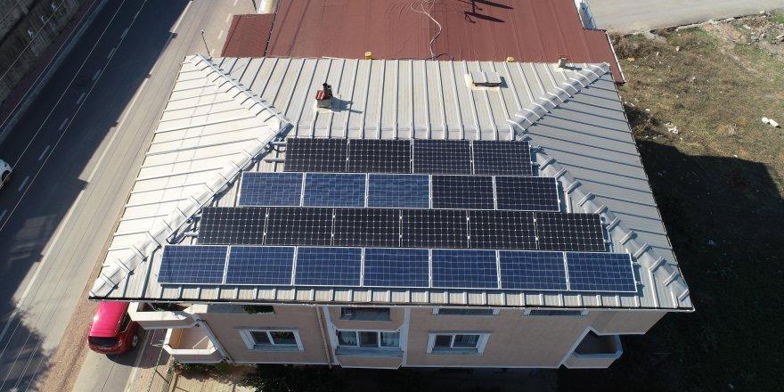 DARICA:  Evinin çatısında elektrik üretiyor