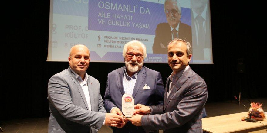 Atatürk'e hakaret eden yazara plaket verdiler!