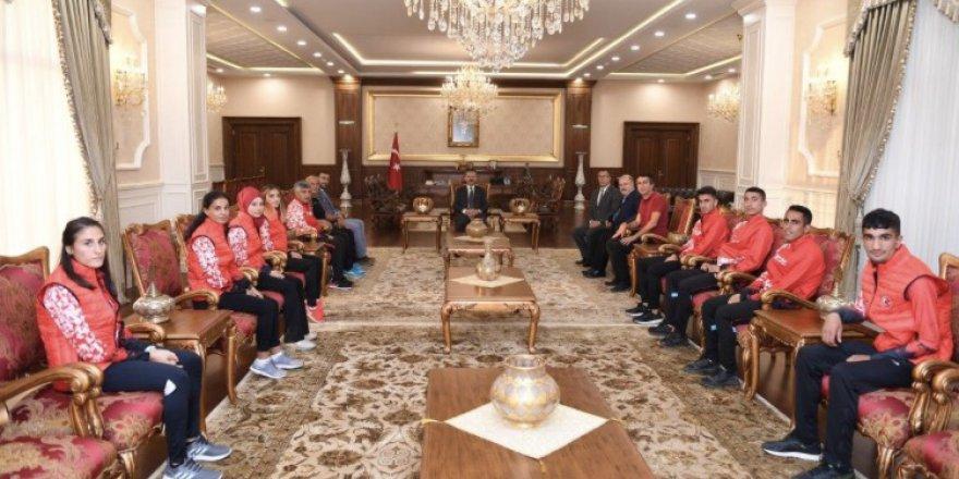 Milli atletler valinin huzuruna çıktı