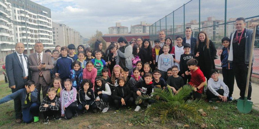 Mustafa Üstündağ Ortaokulu'nda fidan dikimi yapıldı