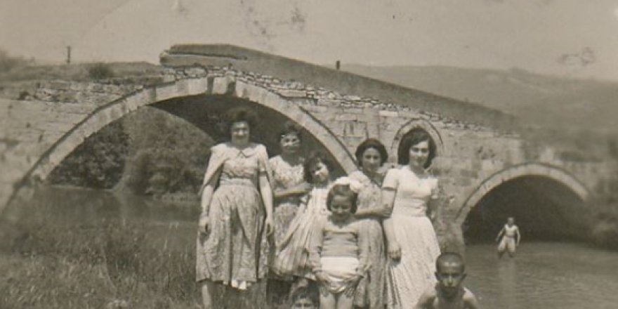 Mimar Sinan Köprüsü önünde