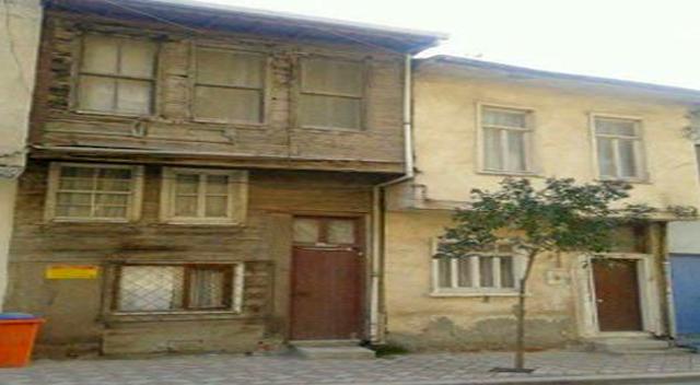 Tarihi evler kaderlerine terk edildi