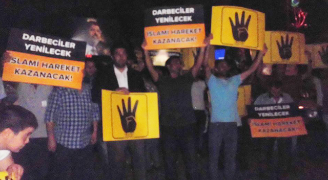 Darbeyi protesto ettiler