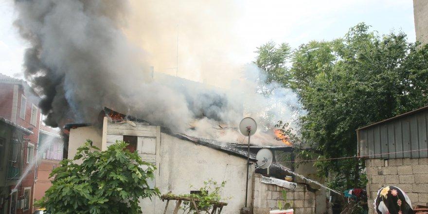 Yangında 3 ev kullanılamaz hale geldi