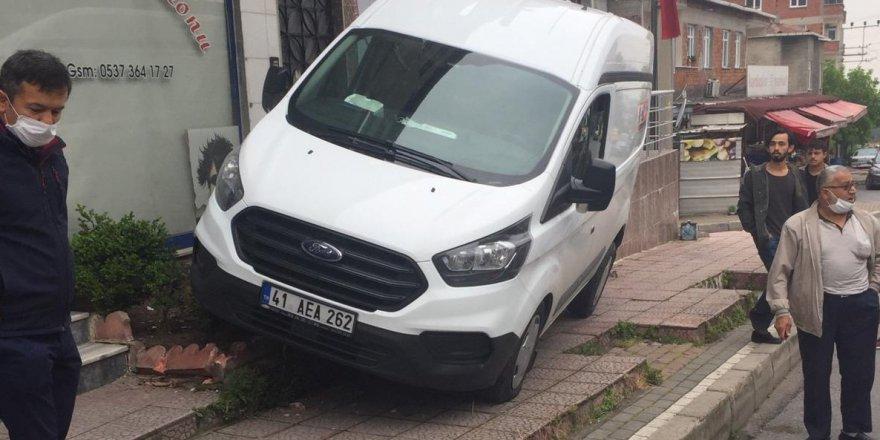 El freni çekilmeyen minibüs kaldırma çarptı!